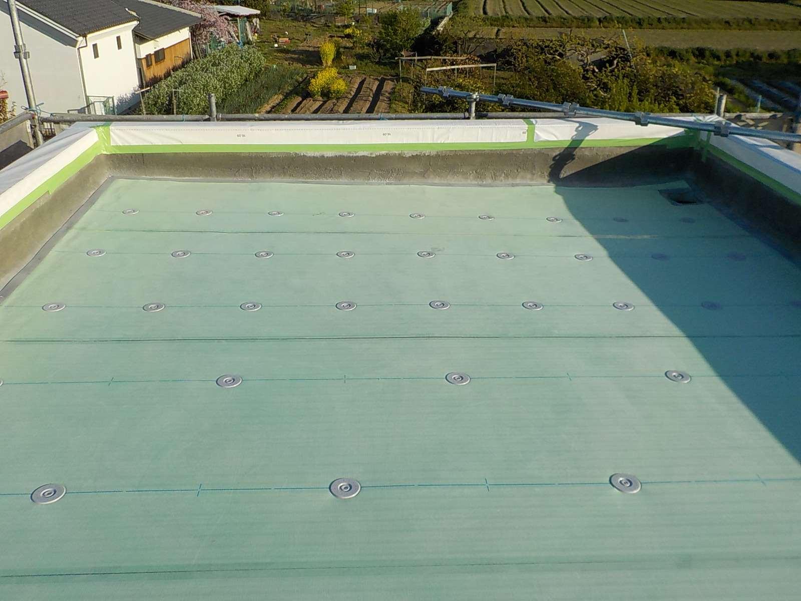 施工の様子(塩ビシート防水) 通気緩衝シート張込み